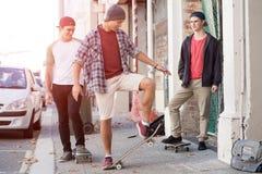 Skateres de los individuos en calle Fotos de archivo libres de regalías
