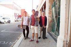 Skateres de los individuos en calle Foto de archivo libre de regalías