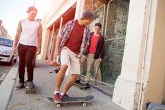 Skateres de los individuos en calle Imagenes de archivo
