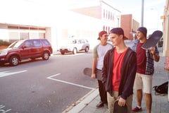 Skateres de los individuos en calle Imagen de archivo libre de regalías
