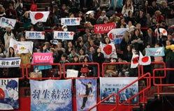Skateres dos elogios da multidão em ISU Prix grande Fotografia de Stock