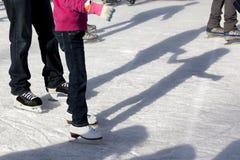 Skateres e sombras ao ar livre do gelo Fotografia de Stock