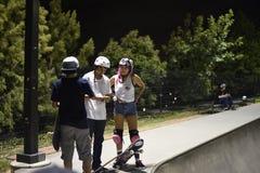 Skateres no skatepark Imagem de Stock
