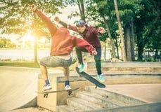 Skateres que executam truques Imagem de Stock Royalty Free