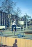 Skateres que moem uma barra em um parque do patim Foto de Stock Royalty Free