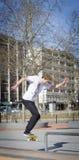 Skateres que moem uma barra em um parque do patim Fotos de Stock Royalty Free
