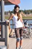 Skatergirl wirft für Nocken auf Stockbild