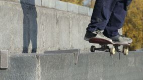 Skatestopper lub łyżwa przyrząd w pracie na ulicznym granitowym wypuscie na zabytku zbiory