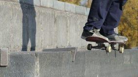 Skatestopper oder Antirochengerät in der Arbeit über Straßengranitleiste auf Monument stock footage