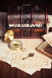 Skattbröstkorg, kompass och gammal översikt Arkivbild