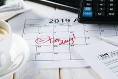 Skattdagbegrepp - räknemaskin, kalender, skattform royaltyfri bild