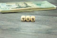 Skatter och dollarräkningar royaltyfri foto