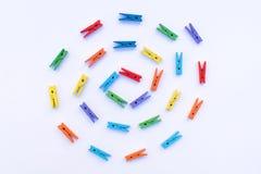 Skattered kleurrijke wasknijpers stock fotografie