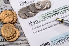 Skattform för 1040 USA med dolllrräkningar Fotografering för Bildbyråer