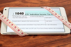 Skattformer för USA 1040 öppnar i smartphones Arkivbild