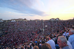 Åskådare på en konsert i arena av Verona Arkivbilder