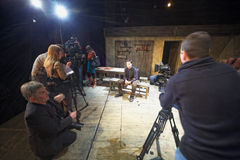 Skådespelare Dmitry Vysotsky, journalister och cameramen Royaltyfri Bild