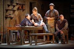 Skådespelarear arrangerar på av den Taganka theatren utför den playby berömda samtidan Royaltyfria Bilder
