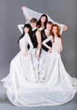 Skådespelarear i posera för bröllopsklänning. Arkivbild