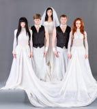 Skådespelarear i posera för bröllopsklänning. Royaltyfri Foto