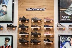 Skechersembleem en tennisschoenen op vertoning in het venster van hun hoofddetailhandelaar in Belgrado Skechers is een Amerikaans royalty-vrije stock afbeelding