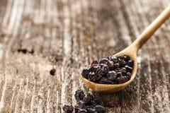 Sked av barberryen på en träbakgrund Arkivbild