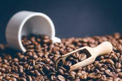 Sked av kaffebönor Bakgrund Energi rått bönakaffe Grained produkt varm drink close upp plockning Naturlig bakgrund royaltyfri fotografi