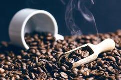 Sked av kaffebönor Bakgrund Energi rått bönakaffe Grained produkt varm drink close upp plockning Naturlig bakgrund arkivbild
