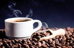 Sked av kaffebönor Bakgrund Energi rått bönakaffe Grained produkt varm drink close upp plockning Naturlig bakgrund arkivbilder