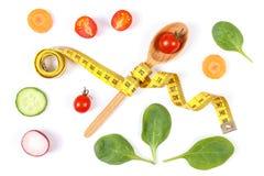 Sked med cm och grönsaker, bantning och sunt näringbegrepp Royaltyfri Foto