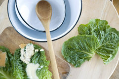 Sked och bunke med grön sallad Arkivfoton