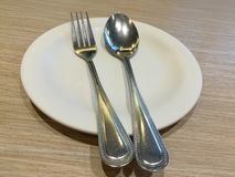 Sked och gaffel på plattan Royaltyfri Fotografi