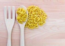 Sked och gaffel på träbakgrund fotografering för bildbyråer
