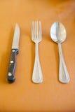 Skeda gaffeln och baktala för äter mat på tabellen Royaltyfria Foton