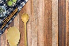 Skeda trä och kanelbrunt på trätabellen, bakgrund för bästa sikt Arkivfoto