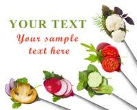 Skedar med skivade grönsaker som isoleras på vit begreppet bantar Royaltyfria Foton
