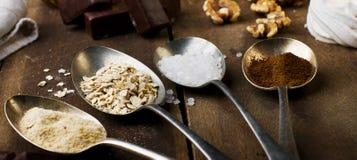 Skedar med socker, kaffe, havre och maräng, marshmal choklad Royaltyfri Fotografi