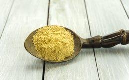 Skeden med Kava Kava rotar pulver på trätabellcloseupen arkivfoton