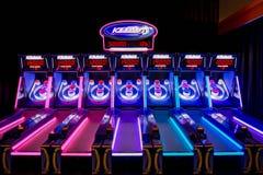 Skee-Ball Maschinen mit Neonlichtern Lizenzfreie Stockbilder