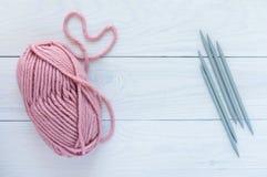 Skein cor-de-rosa com agulhas de confec??o de malhas fotos de stock