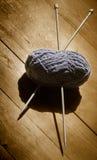 Skein das lãs e das agulhas de confecção de malhas Imagem de Stock Royalty Free