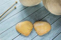 Skein de dois beges de agulhas do fio e de confecção de malhas em Ta de madeira azul Fotografia de Stock