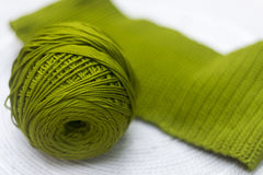 Skein verde das lãs com uma parte feita malha Imagens de Stock Royalty Free