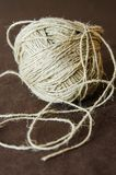 Skeinen av tvinnar, repet på en beige bakgrund Lekmanna- lägenhet royaltyfria foton