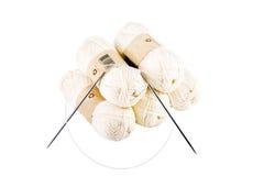 Skeins de agulhas do fio e de confecção de malhas Fotografia de Stock
