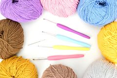 Free Skeins Of Wool For Crocheting Laid Out In A Circle. In The Center There Are Several Hooks Of Different Sizes Stock Photos - 213508943