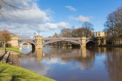 Skeldergate-Brücke York England mit Fluss Ouse innerhalb der Stadtmauern stockfoto
