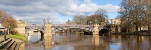 Skeldergate-Brücke York England mit Fluss Ouse innerhalb des Stadtmauerpanoramas Stockbilder