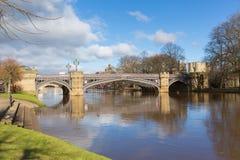 Skeldergate Przerzuca most Jork Anglia z Rzecznym Ouse wśród miasto ścian Zdjęcie Stock