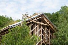 Skelet de maison en bois en construction Photo stock